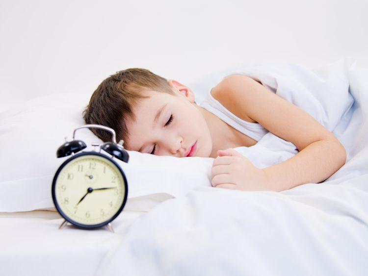 criança-dormindo-na-hora-da-festa-de-aniversario-como-resolver