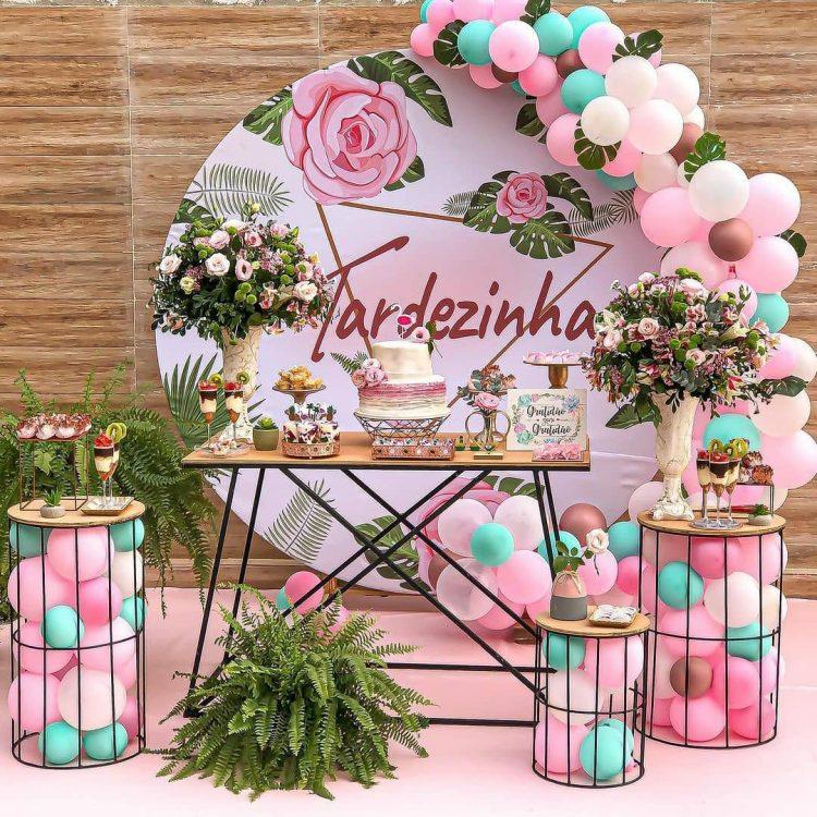 decoração com flores para festa de adulto no tema tardezinha