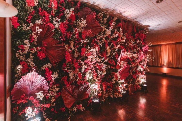 parede de flores com folhagens para decoração de festa