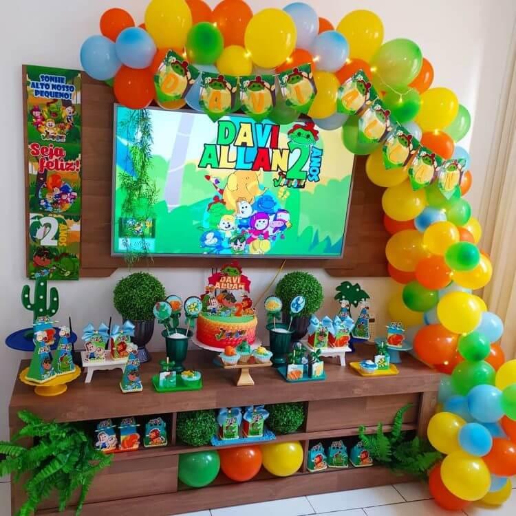 decoracao-no-rack-para-festa-de-menino